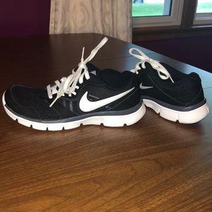 Nike 6.5 Black/White Athletic Shoes
